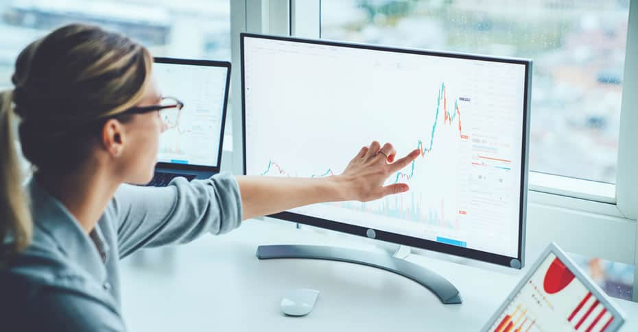 Greenhouse gas quantification (image of woman pointing to graph on computer monitor)